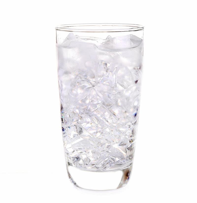 Glas ijswater op witte achtergrond stock foto
