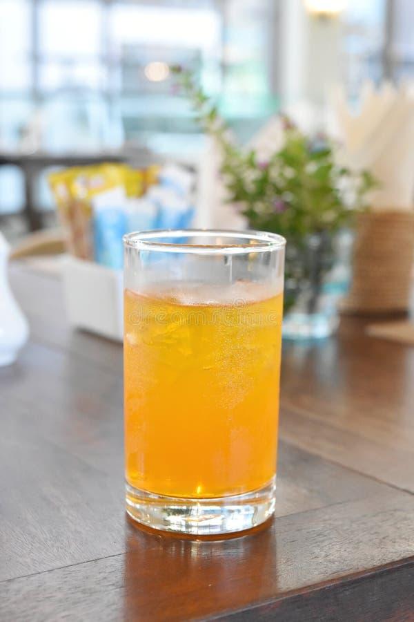 Glas jus d'orange op voedsellijst stock foto's