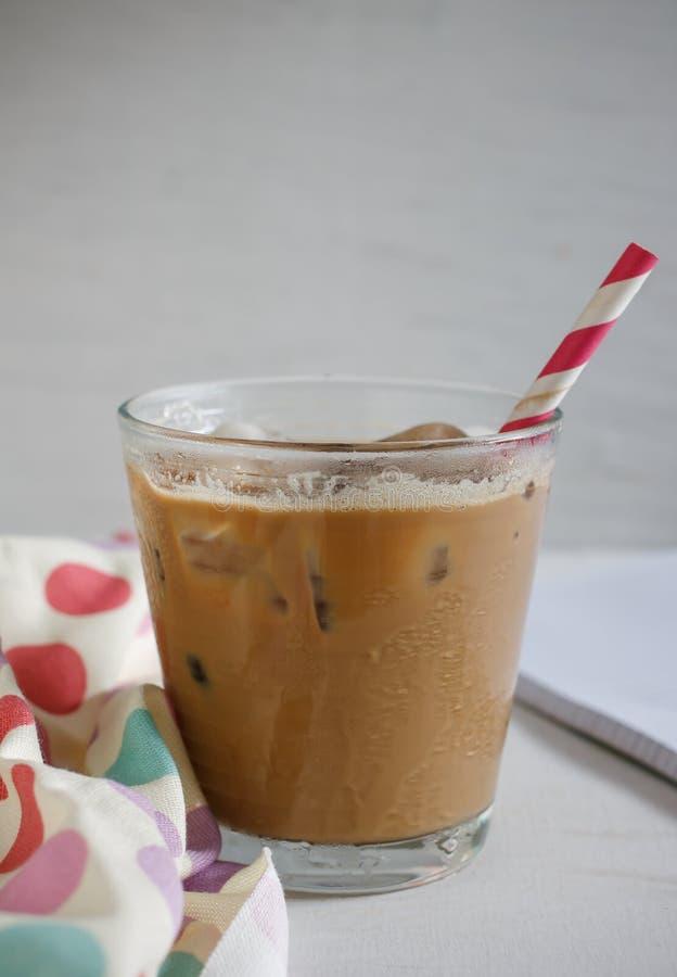 Glas kalter Kaffee auf Holz lizenzfreie stockfotografie