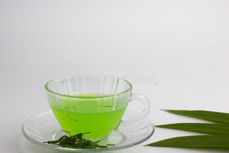 Glas kalter Pandan-Saft - gesundes Lebensmittel gegen Holz, mit Wanne lizenzfreie stockbilder