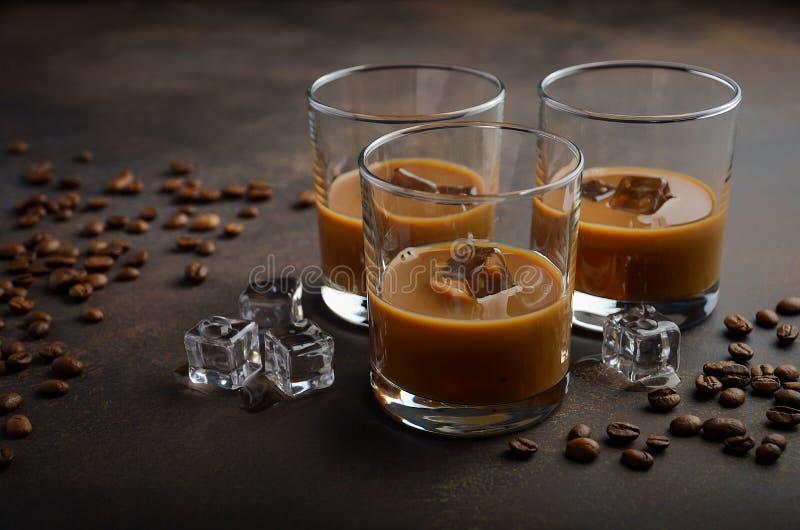 Glas Koffielikeur met ijs op de oude roestige achtergrond stock foto's