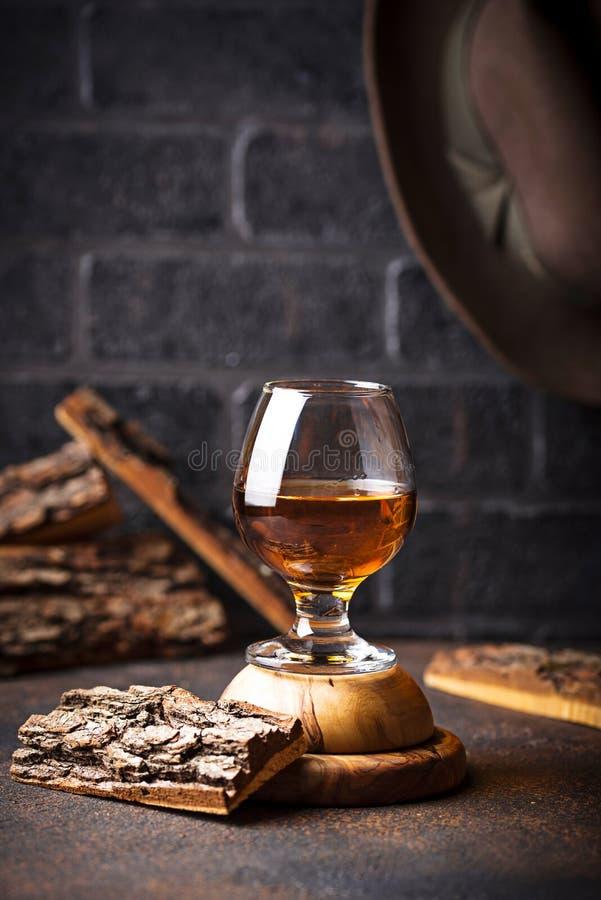 Glas Kognak oder Whisky lizenzfreie stockfotos