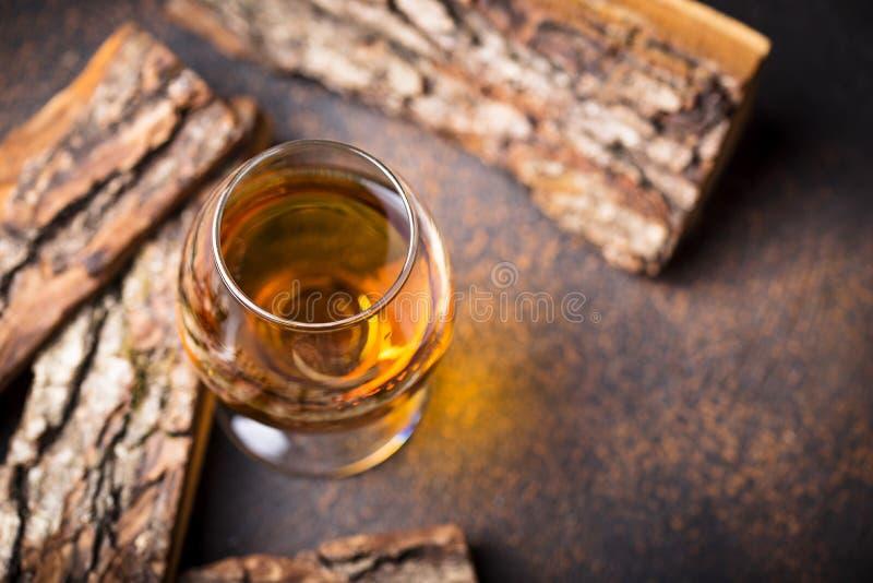 Glas Kognak oder Whisky stockfotografie