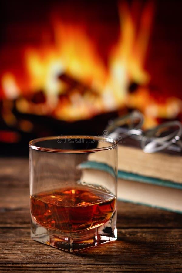 Glas Kognak oder Whisky stockbild