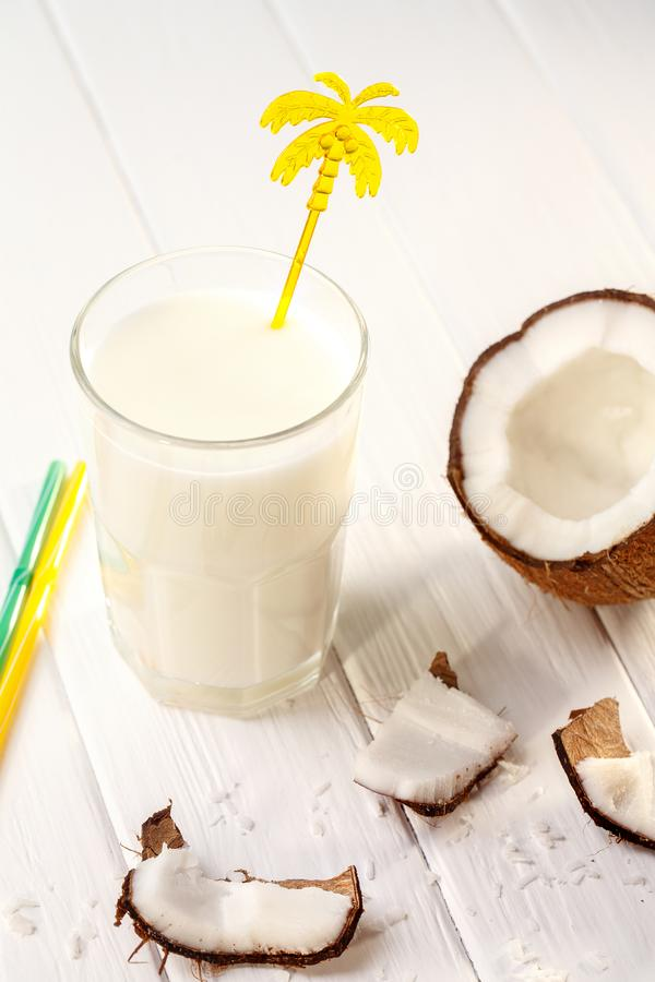 Glas kokosmelk op witte houten lijst, bananen tropisch Selectieve nadruk royalty-vrije stock foto's