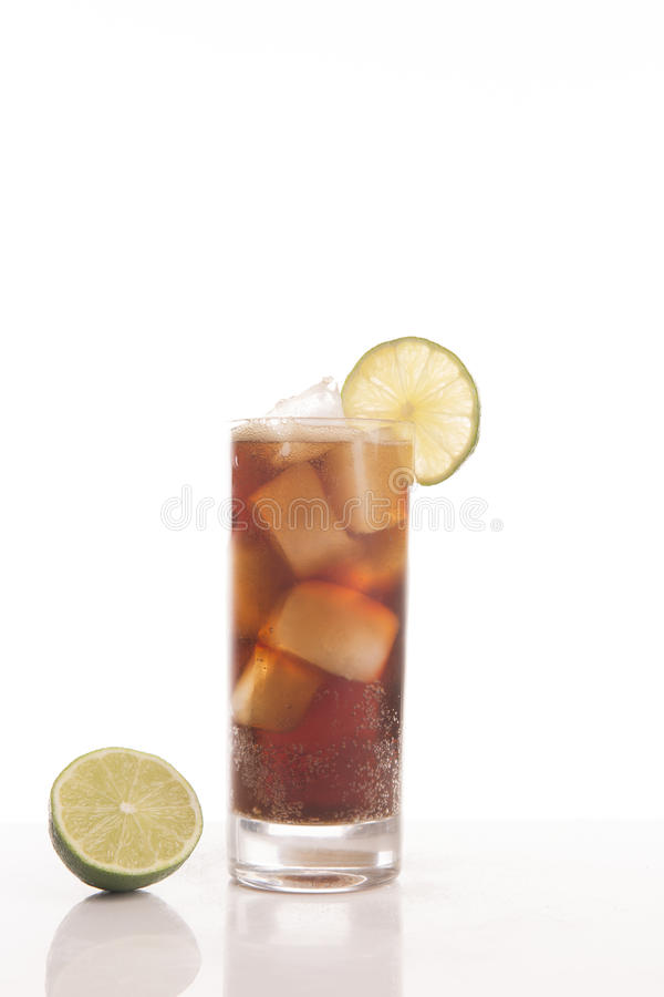 Glas Koks mit einer Scheibe der Zitrone lizenzfreie stockfotos