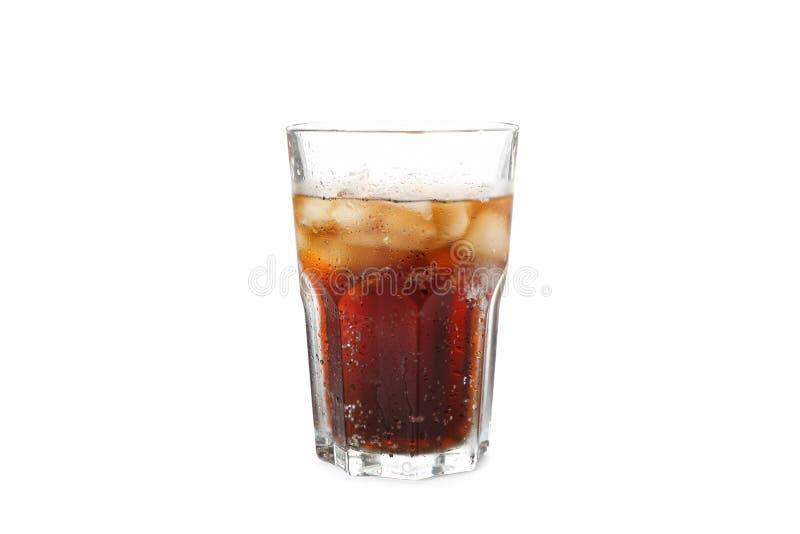 Glas Kolabaum mit dem Eis lokalisiert lizenzfreie stockfotos