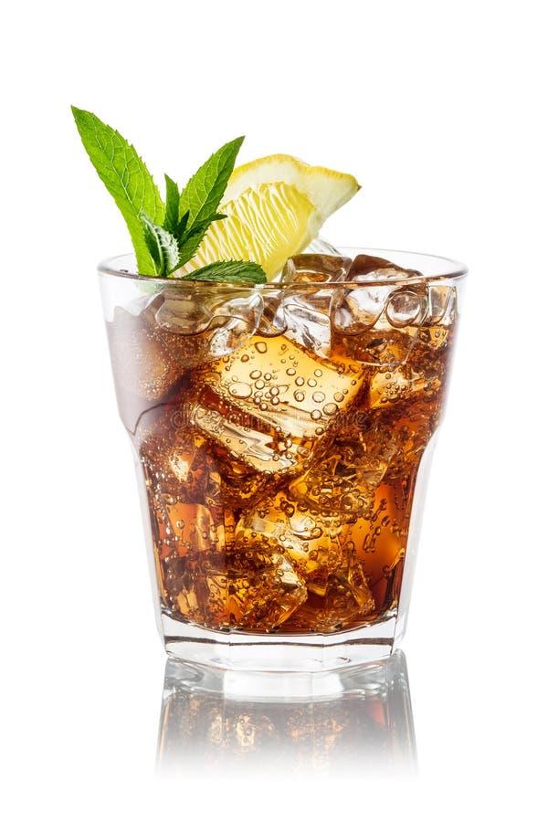Glas Kolabaum mit dem Eis, Minze und Zitrone lokalisiert auf Weiß. Clippi stockfotos
