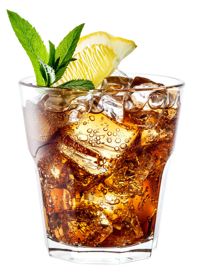Glas Kolabaum mit dem Eis, Minze und Zitrone lokalisiert auf Weiß. Clippi lizenzfreie stockfotos