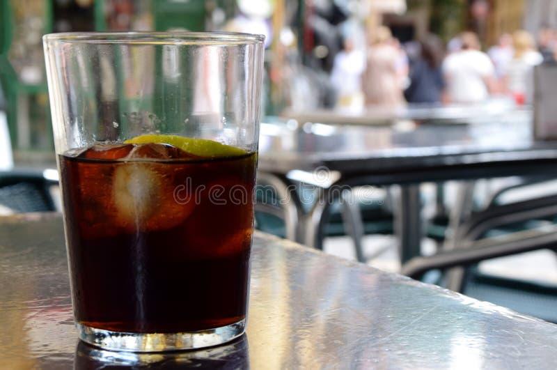 Glas Kolabaum mit Eis an einem Restaurant und an einer Bar im Freien lizenzfreie stockfotos