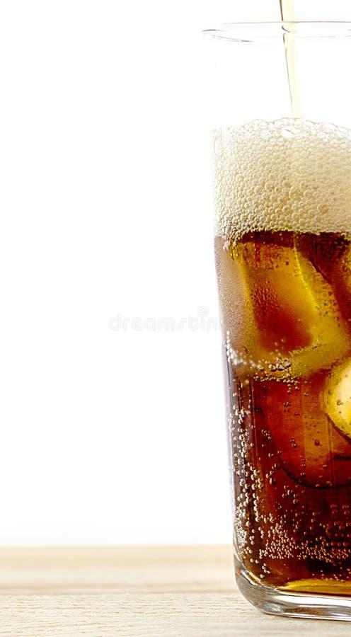 Glas Kolabaum mit Eis, Kälte, die alkoholfreies Getränk mit Eis auf a erneuert lizenzfreies stockbild