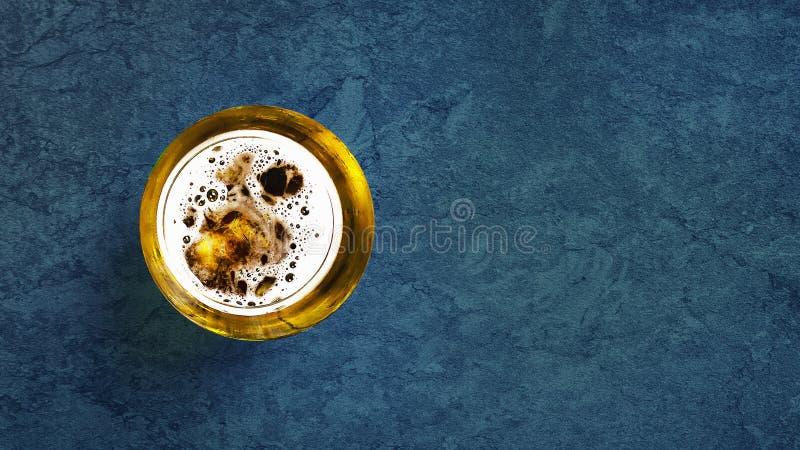 Glas koud bier op een donkerblauwe achtergrond Hoogste mening De ruimte van het exemplaar Koude de Zomerdranken royalty-vrije stock afbeelding