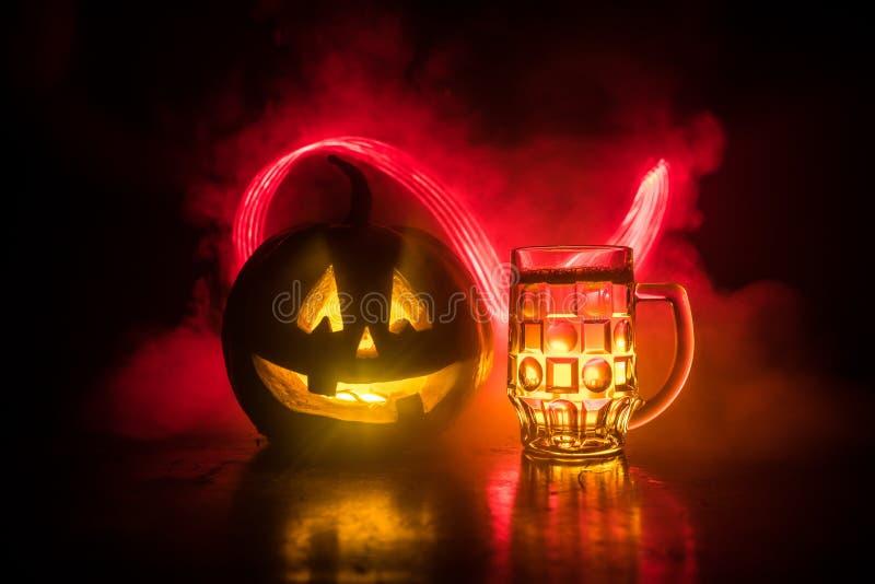 Glas koud licht bier met pompoen op een houten achtergrond voor Halloween Glas verse bier en pompoen op donkere gestemde mistige  vector illustratie