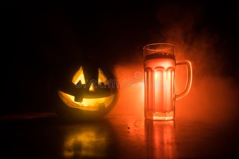 Glas koud licht bier met pompoen op een houten achtergrond voor Halloween Glas verse bier en pompoen op donkere gestemde mistige  royalty-vrije illustratie