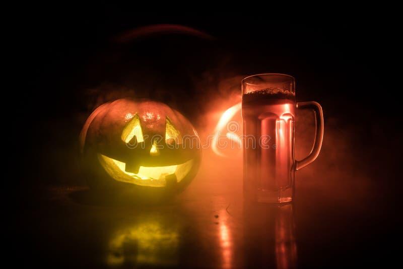 Glas koud licht bier met pompoen op een houten achtergrond voor Halloween Glas verse bier en pompoen op donkere gestemde mistige  stock illustratie