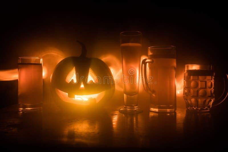 Glas koud licht bier met pompoen op een houten achtergrond voor Halloween Glas verse bier en pompoen op donkere gestemde mistige  royalty-vrije stock afbeeldingen