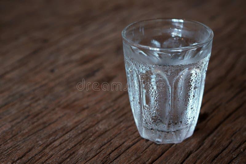 Glas koud water royalty-vrije stock afbeelding