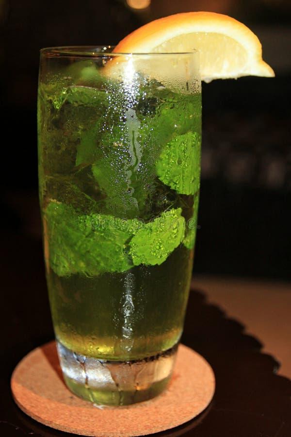 Glas koud water, met munt verse bladeren en plak van sinaasappel royalty-vrije stock foto