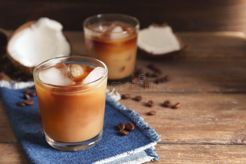 Glas koude smakelijke kokosnotenkoffie stock afbeeldingen