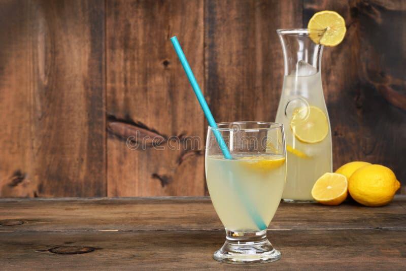 Glas limonade op hout stock afbeelding