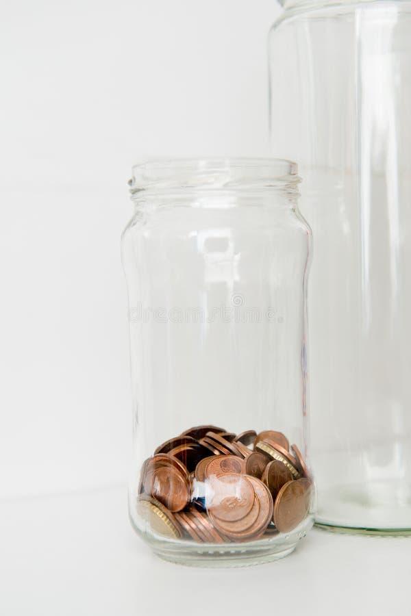Glas Münzen - Gesundschrumpfung und niedriges Kapitalskonzept stockfotos