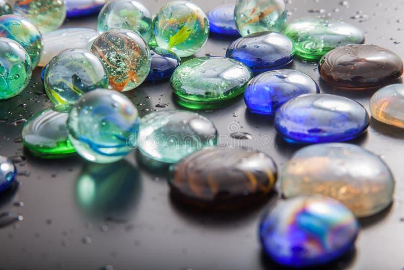 Download Glas Marmeren Ballen En Glaskiezelstenen Stock Afbeelding - Afbeelding bestaande uit uitgespreid, licht: 54076689