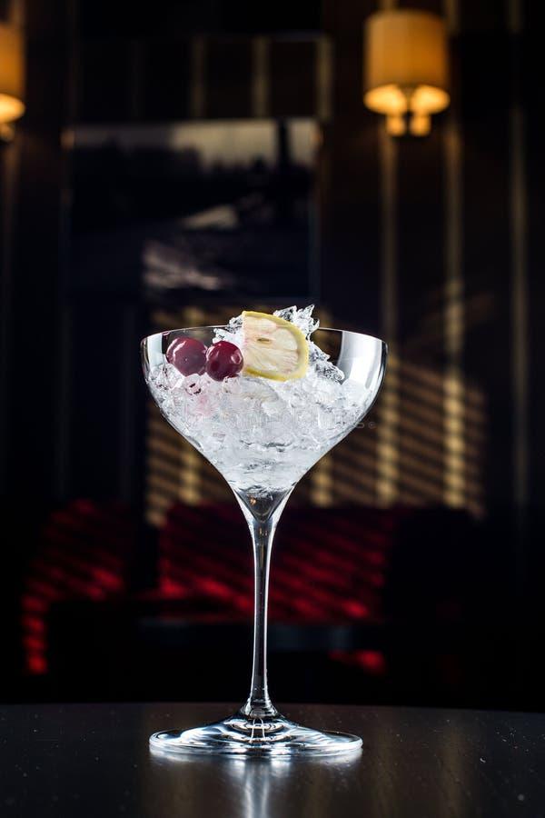 Glas med is och limefrukt arkivfoto