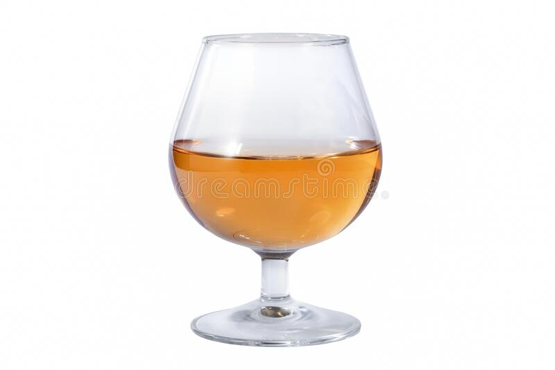 Glas med whisky på vit bakgrund isolerat royaltyfri fotografi