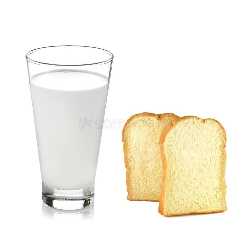 Glas melk, brood geïsoleerde witte achtergrond royalty-vrije stock afbeeldingen