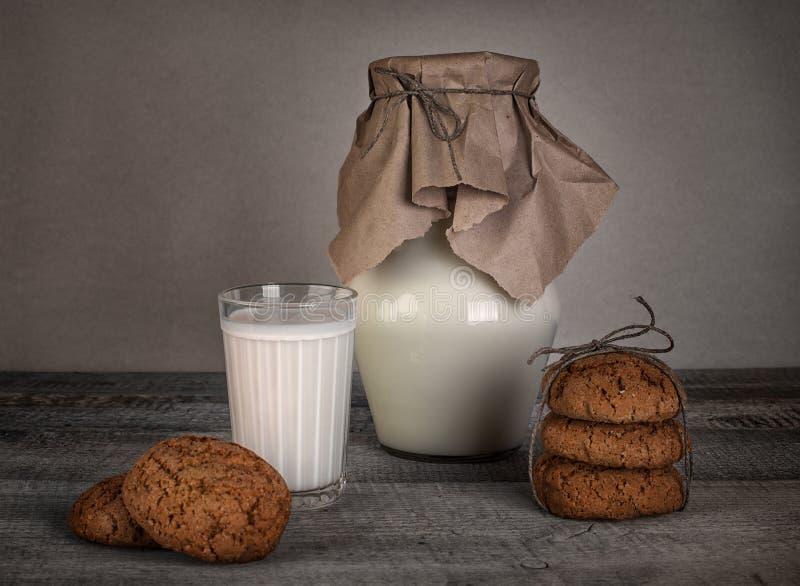 Glas melk en eigengemaakte koekjes stock foto