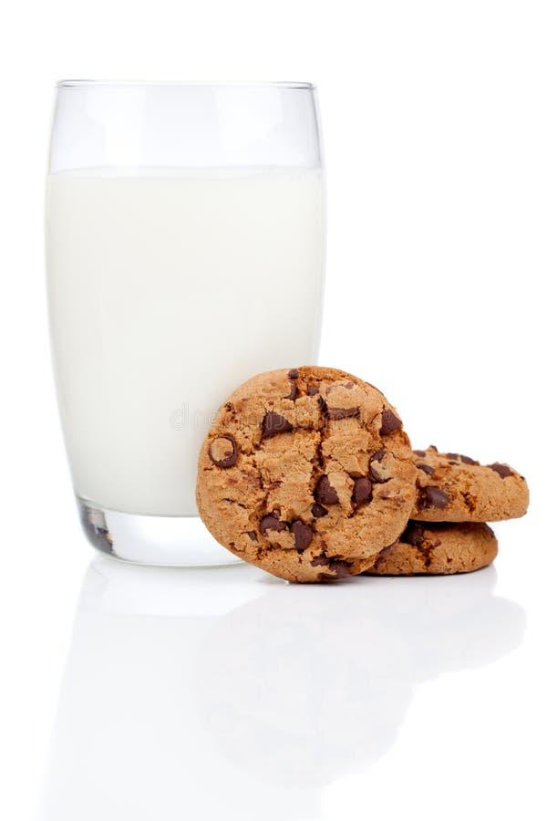 Glas melk en koekjes stock afbeeldingen