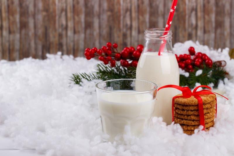 Glas melk en koekjes stock foto's