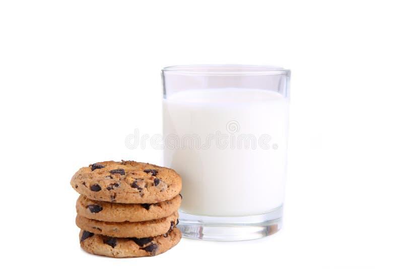 Glas melk en koekjes op wit wordt geïsoleerd dat royalty-vrije stock foto