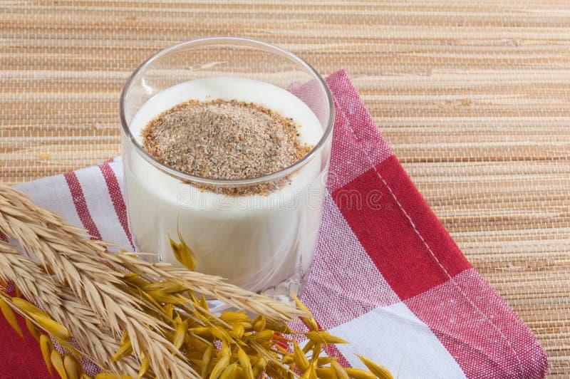 Glas melk en tarweoren stock afbeelding