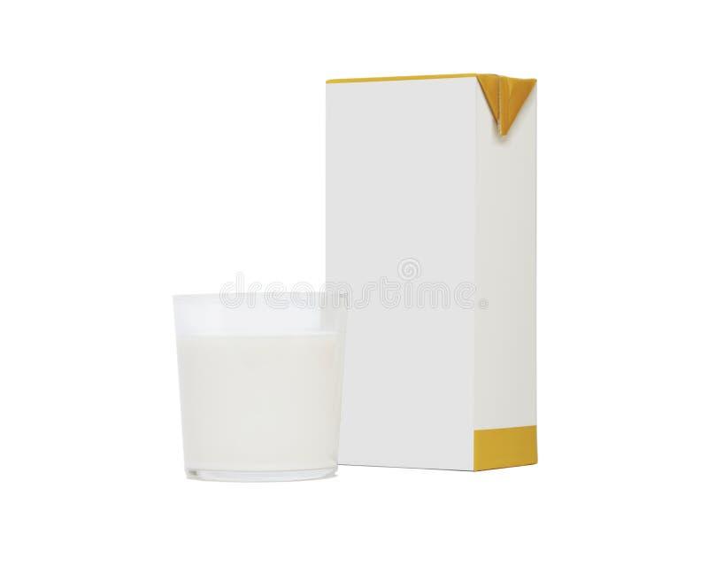 Glas melk en tetradiebaksteen op wit wordt geïsoleerd stock foto's