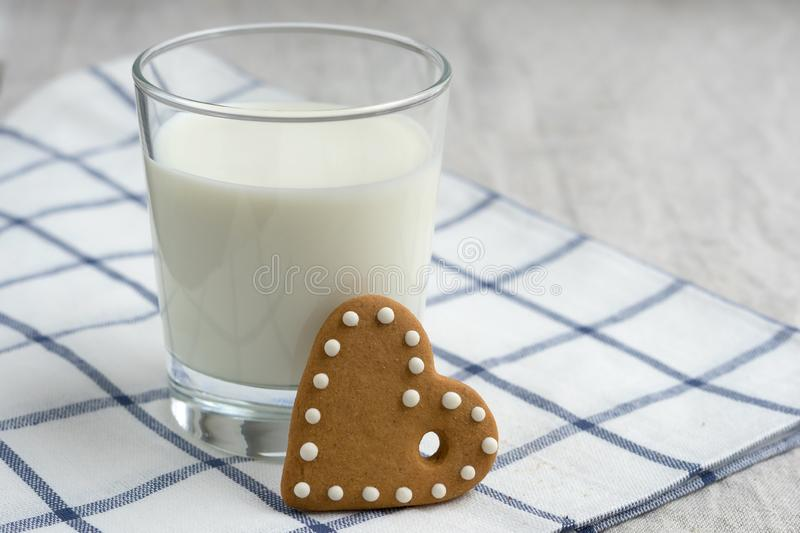 Glas melk met koekje stock foto's