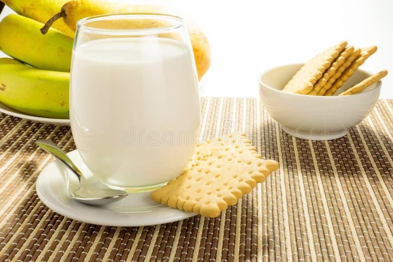 Glas melk met koekjes stock foto's
