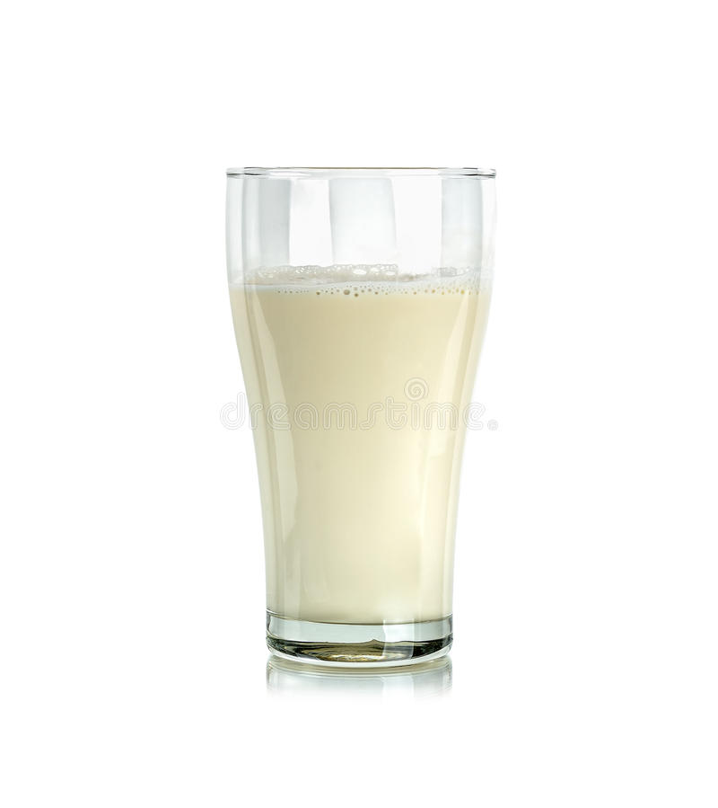 Glas melk op de witte achtergrond wordt geïsoleerd die royalty-vrije stock foto