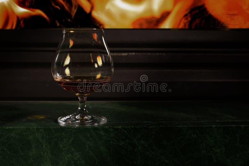 Glas/glas- met alcohol wijst op de vlam die zich op de brand bevinden stock afbeeldingen