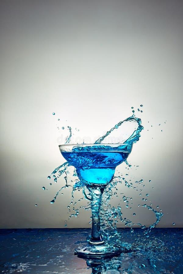 Glas met blauwe champagne of cocktail levitatie royalty-vrije stock foto's