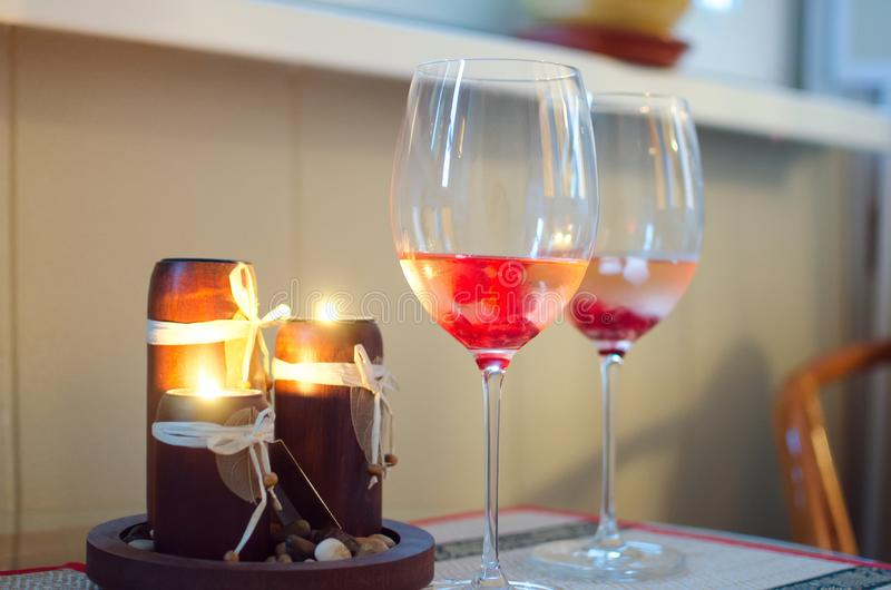 Glas met champagne en aangestoken kaarsen Een te ontspannen plaats stock afbeelding