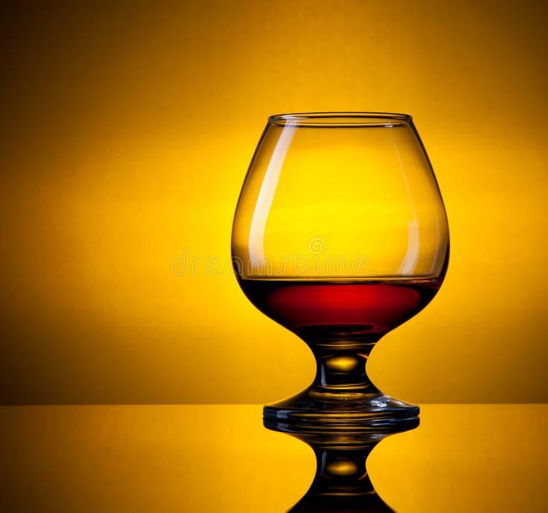 Glas met cognac stock afbeeldingen