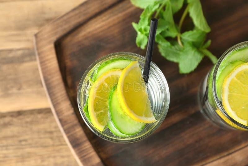Glas met detox gegoten komkommerwater royalty-vrije stock afbeelding