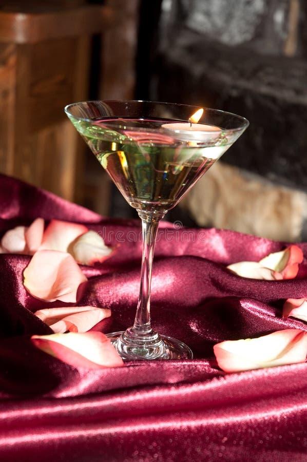 Glas met drijvende kaarsen stock foto's