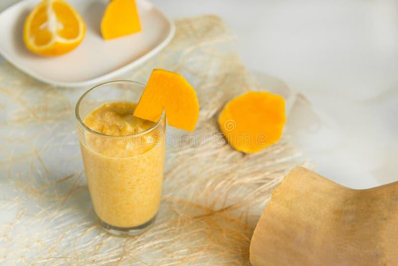 Glas met fruitcocktail, pompoen, oranje, oranje fruitdrank royalty-vrije stock foto's
