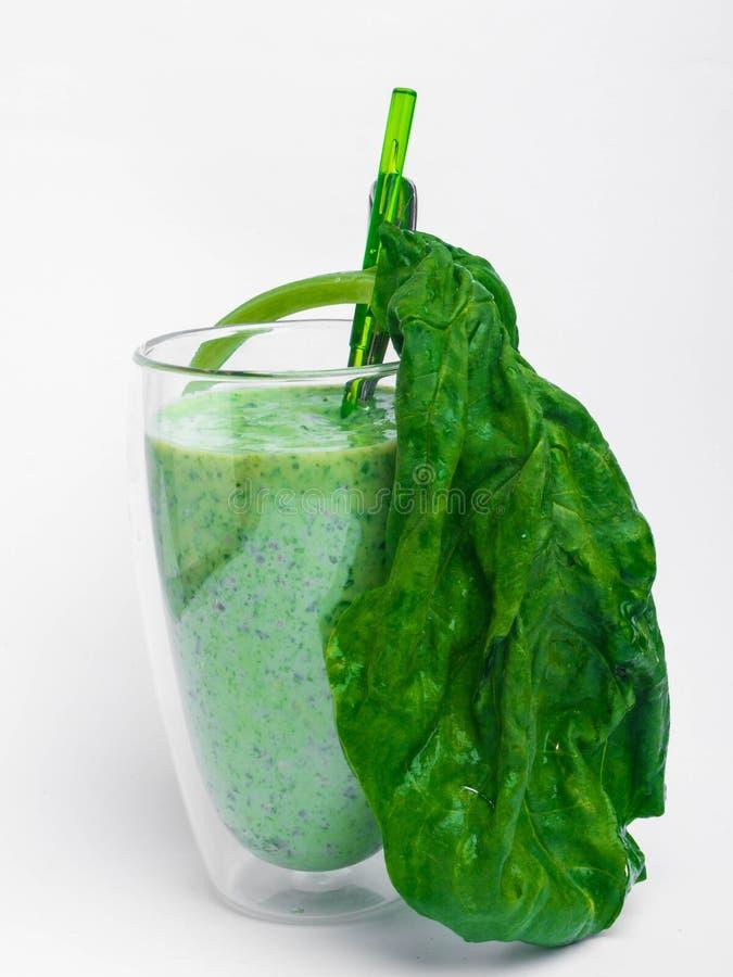 Glas met groene gezondheid smoothie, boerenkoolbladeren, kalk, appel, kiwi, druiven, banaan, avocado, Ruwe het Exemplaarruimte va royalty-vrije stock fotografie