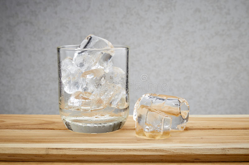 Glas met ijsblokjes royalty-vrije stock foto's