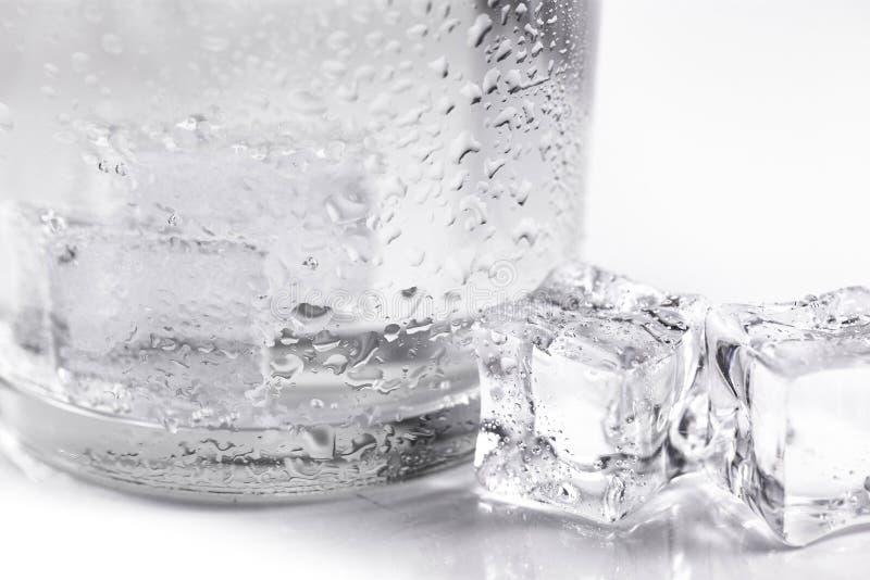 Glas met ijsblokjesclose-up royalty-vrije stock fotografie