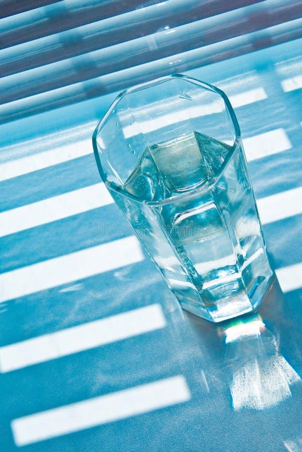 Glas met jaloezie stock afbeelding