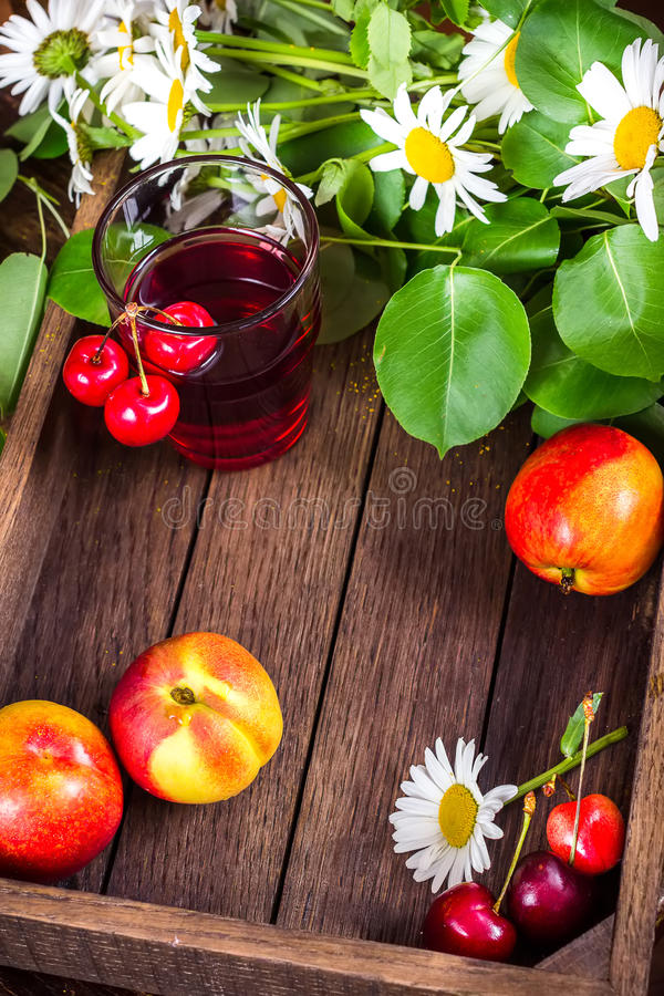 Glas met kersenlimonade, de zomervruchten, bessen stock afbeelding